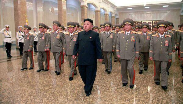 Первый секретарь ЦК Трудовой партии Кореи Ким Чен Ын в составе делегации высокопоставленных чиновников страны посетил Кымсусанский мемориальный дворец Солнца