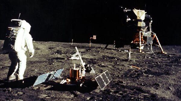 Астронавты космического корабля Аполлон 11 на поверхности Луны. Архивное фото