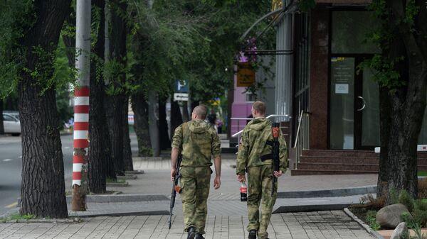 Ополченцы Донбасса на одной из улиц города Донецка