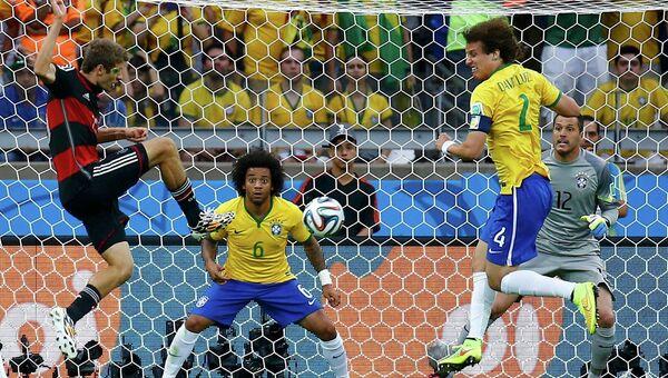 Немецкий футболист Томас Мюллер забивает первый гол в ворота сборной Бразилии