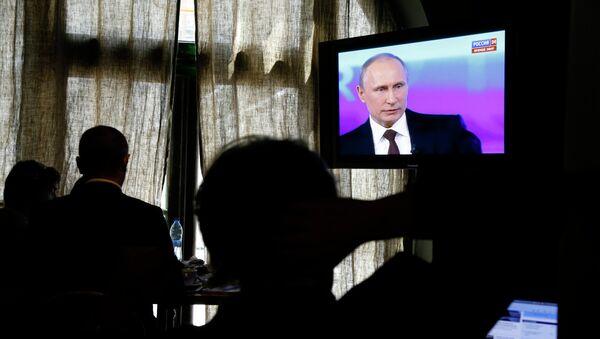 Люди смотрят российский телеканал Россия 24. Архивное фото