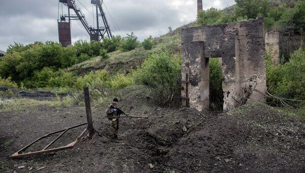 Боец ополчения на территории брошенной шахты Петровская в Донецке, которая была обстреляна украинскими ВВС. Архивное фото.