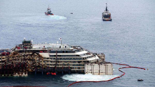 Работы по подготовке к перемещению в порт Генуи пассажирского лайнера Costa Concordia
