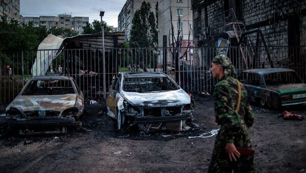 Сгоревшие автомобили в квартале Мирный в Луганске. Архивное фото