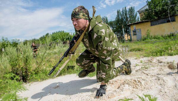 Боец ополчения во время разведки в Донецке. Архивное фото