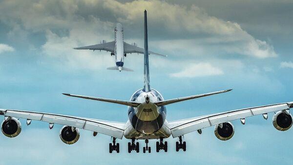 Пассажирские самолеты Airbus А350 и Airbus А380 на авиационно-космическом салоне Фарнборо. Архивное фото
