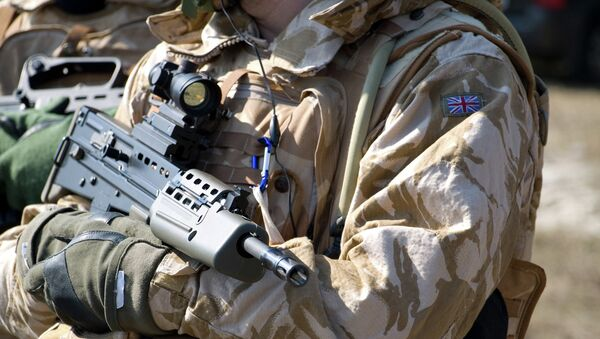 Солдат британской армии в оружием