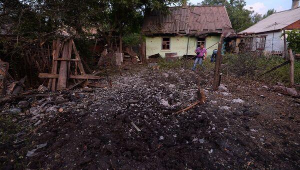 Поврежденные при обстреле украинской армией жилые дома на окраине Горловки. Архивное фото