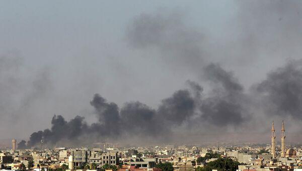 Дым над Бенгази после столкновений с боевиками 26 июля 2014