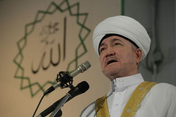 Глава Совета муфтиев России Равиль Гайнутдин в соборной мечети в Москве во время намаза в день праздника Ураза-байрам