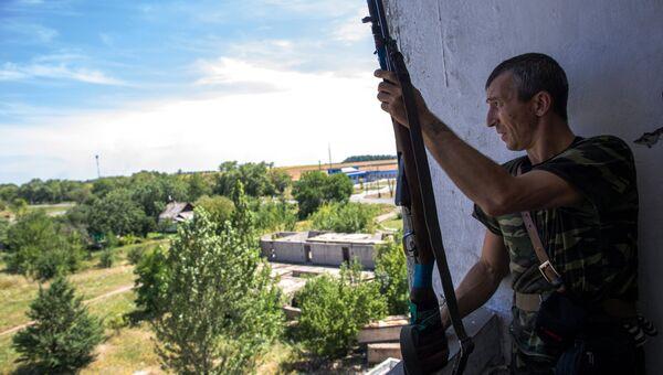 Боец народного ополчения во время боя в Шахтерске