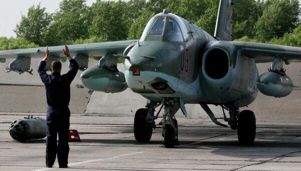 Пилот на штурмовике Су-25 СМ заруливает на стоянку. Архивное фото
