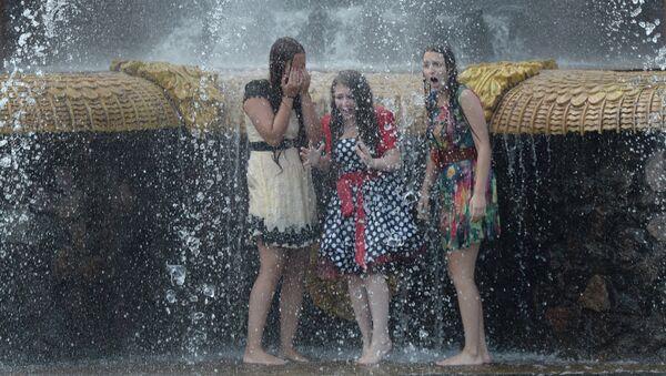 Девушки купаются в фонтане в жару. Архивное фото