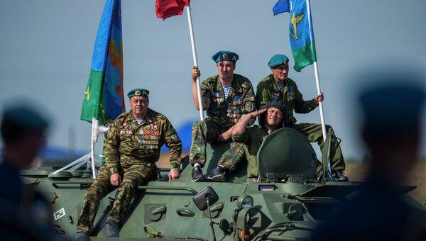 Ветераны ВДВ проезжают на бронетранспортере по плацу во время празднования дня Воздушно-десантных войск