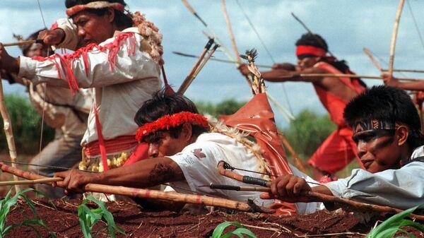 Индейцы из племени гуарани-каюва практикуются в стрельбе из лука