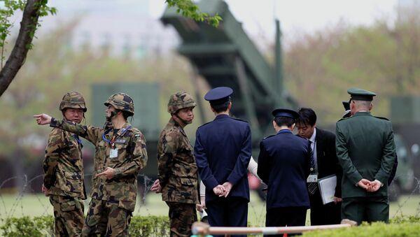 Японские военные стоят возле зенитно-ракетного комплекса Patriot. Архивное фото