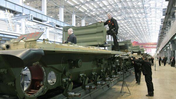 Рабочие Уралвагонзавода осуществляют сборку танков в производственном цехе. Архивное фото