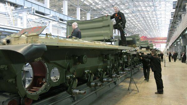 Рабочие Уралвагонзавода осуществляют сборку танков в производственном цехе. Архив