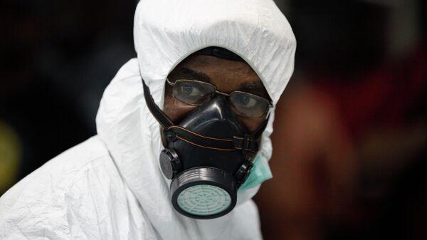 Нигерийский медик в защитном костюме. Архивное фото