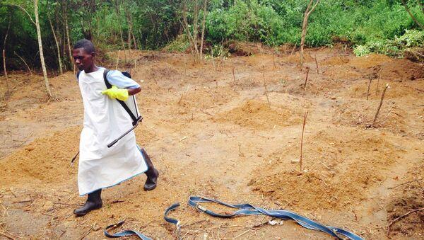 Волонтер возле лечебного центра для зараженных вирусом Эбола в Африке. Архивное фото