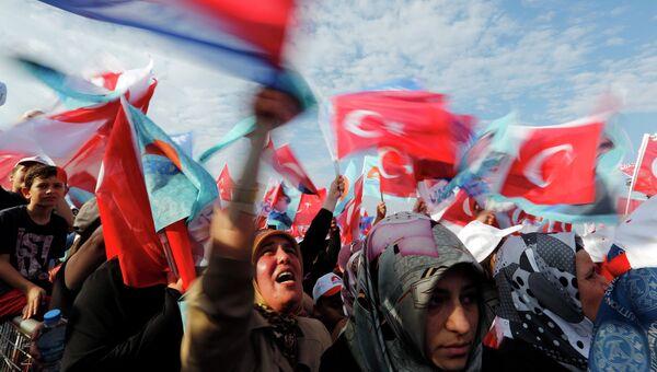 Сторонники турецкого премьер-министра Тайипа Эрдогана во время предвыборной кампании. Архивное фото.
