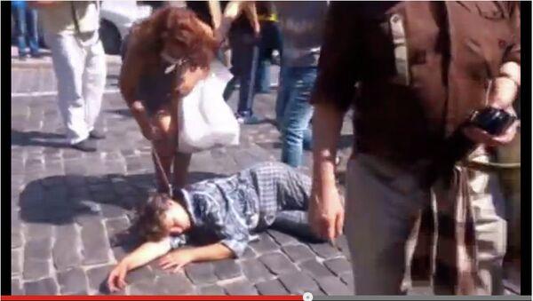 Кадр из видео Активисты Майдана сорвали украшения с потерявшей сознание женщины