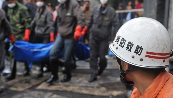 Китайские спасатели работают на месте ЧП, архивное фото