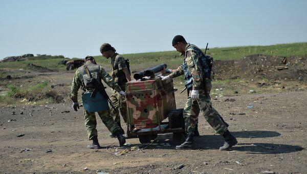 Ополченцы Луганской народной республики (ЛНР) на КПП Должанский. Архивное фото