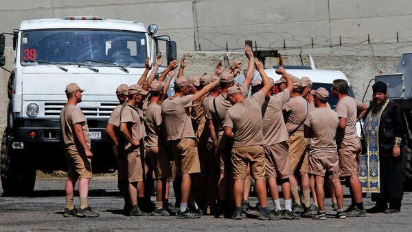 Водители российских грузовиков с гуманитарной помощью