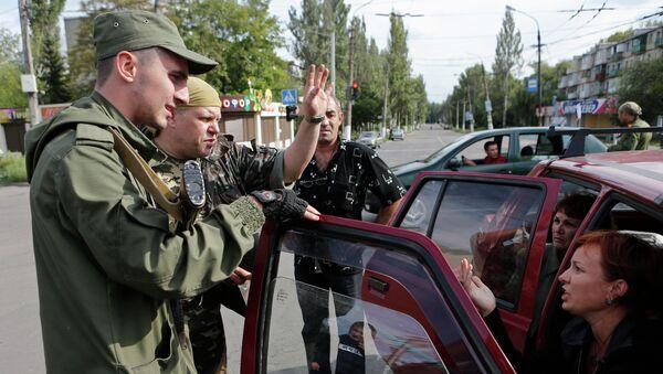 Ополченцы разговаривают с местными жителями в Макеевке, Донецкая область, Украина