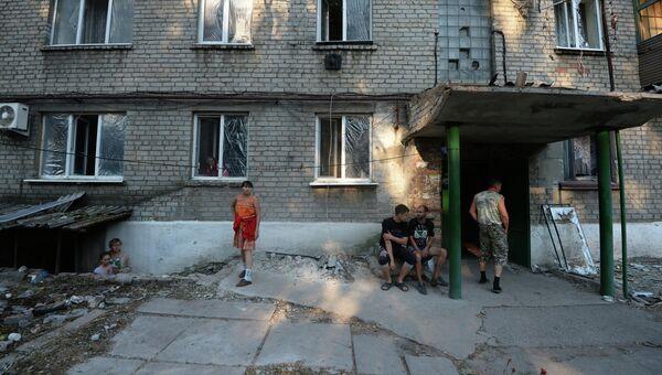 Жители Иловайска во дворе разрушенного в результате обстрела украинской армией жилого дома. Архивное фото
