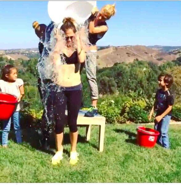 Певица и актриса Дженифер Лопес принимает участие в флешмобе  Ice Bucket Challenge