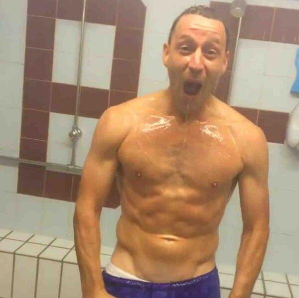 Английский футболист Джон Терри принимает участие в флешмобе Ice Bucket Challenge