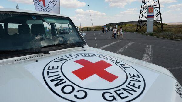 Автомобиль Красного Креста, который сопровождает колонну автомобилей КамАЗ с гуманитарной помощью для жителей юго-востока Украины