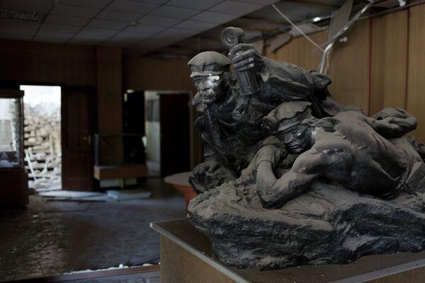 Статуя в музее Донецка, пострадавшем в результате обстрела украинскими военными
