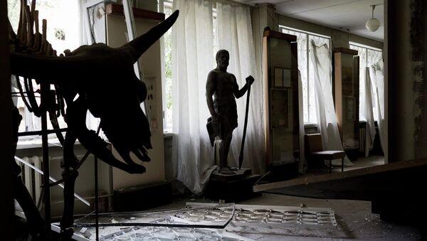 Выставочный зал в музее Донецка после обстрела