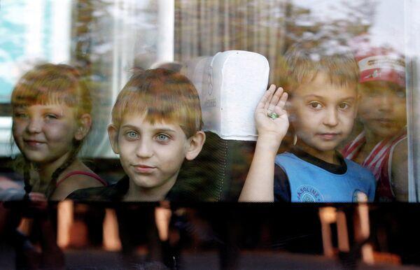Дети, эвакуированные из зоны боевых действий на востоке Украины, в автобусе на вокзале в Ставрополе