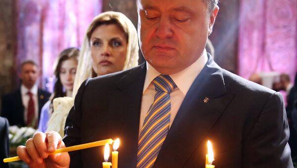 Президент Украины Петр Порошенко с супругой Мариной во время молитвы за Украину