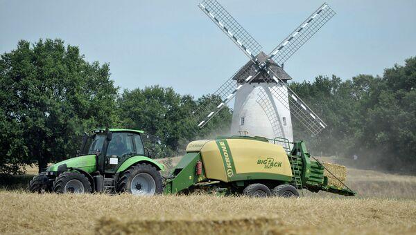 Фермер на поле в Германии. Архивное фото