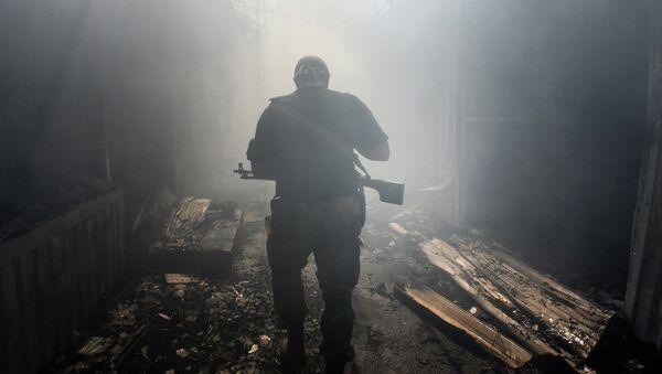 Ополченец ДНР в Донецке после обстрела. Архивное фото