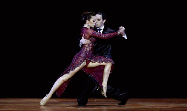 Мануэла Росси и Хуан Гатти из Аргентины во время финального раунда чемпионата мира по Танго в Буэнос-Айресе