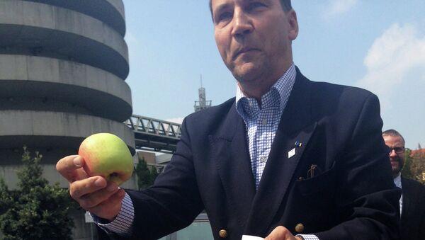 Министр иностранных дел Польши Радослав Сикорский с яблоками
