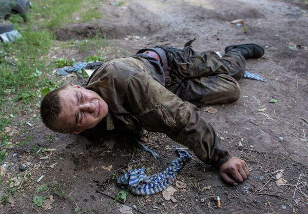 Раненый украинский военный, взятый в плен в ходе боя за город Шахтерск