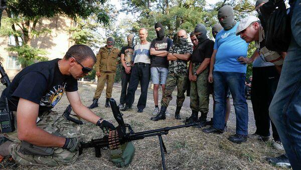 Инструктор работает с новобранцами батальона Азов в Мариуполе. Архивное фото.
