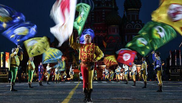 Сводная группа флагоносцев (Италия) во время подготовки к открытию Международного военно-музыкального Фестиваля Спасская башня. Архивное фото
