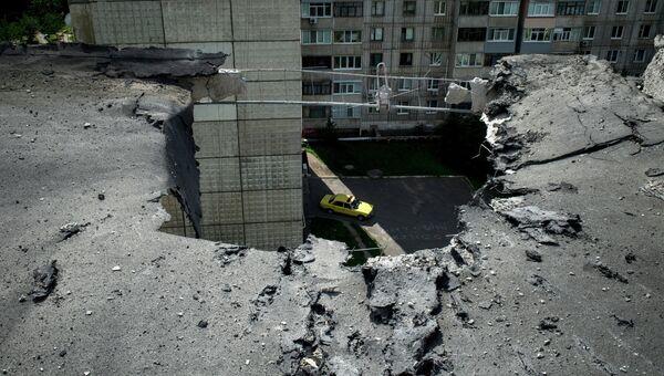 Последствия артиллерийского обстрела Луганска. Архивное фото