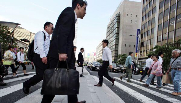 Люди на улице Токио. Архивное фото