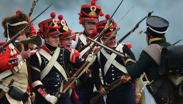 Участники военно-исторической реконструкции Бородинского сражения во время представления на Бородинском поле