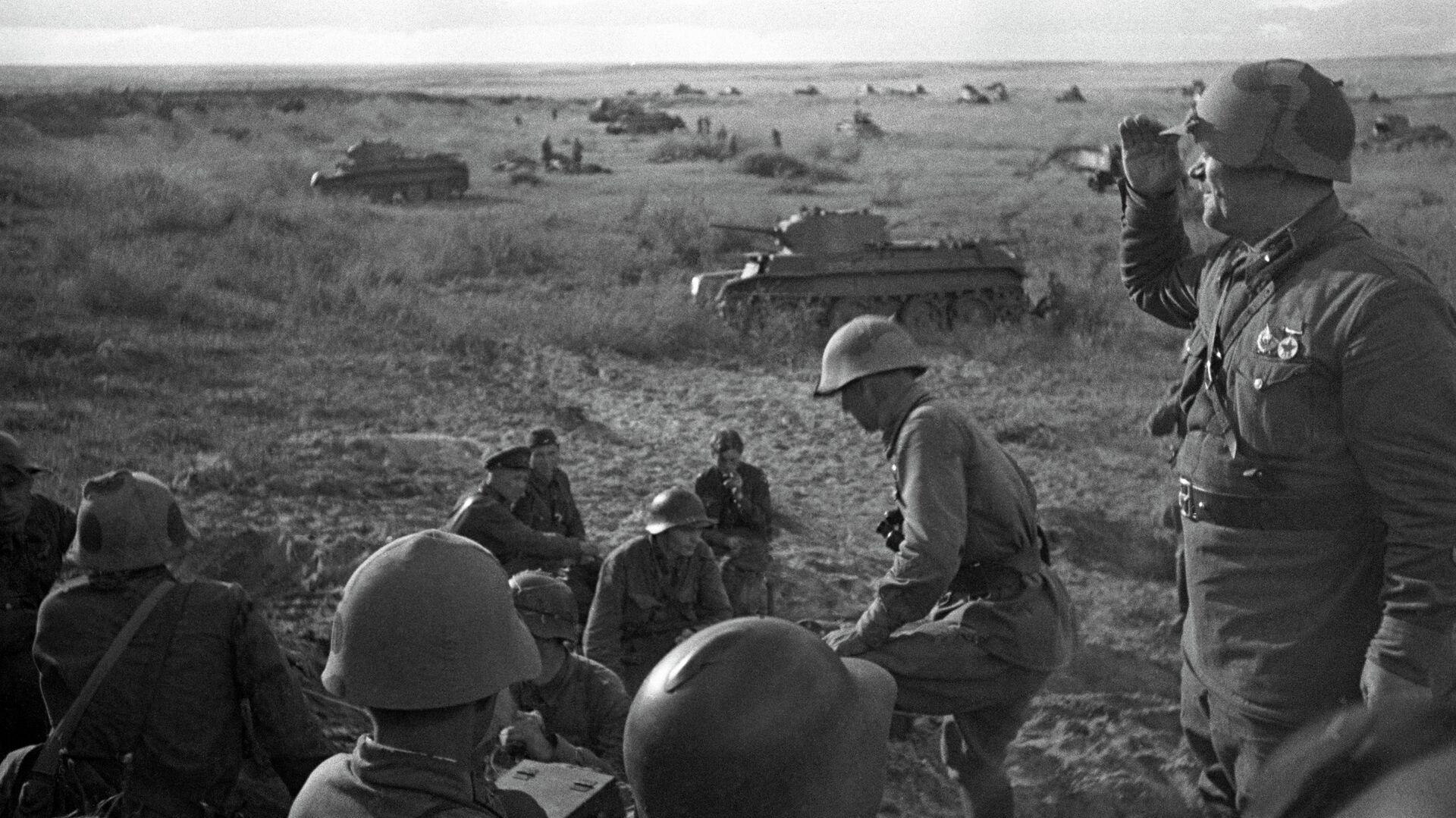 Офицеры 11-й советской танковой бригады на горе Баин-Цаган на Халхин-Голе перед атакой, 1939 год - РИА Новости, 1920, 19.08.2019