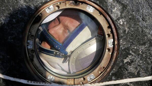 Российский космонавт Олег Артемьев в космической капсуле Союз ТМА-12М после посадки
